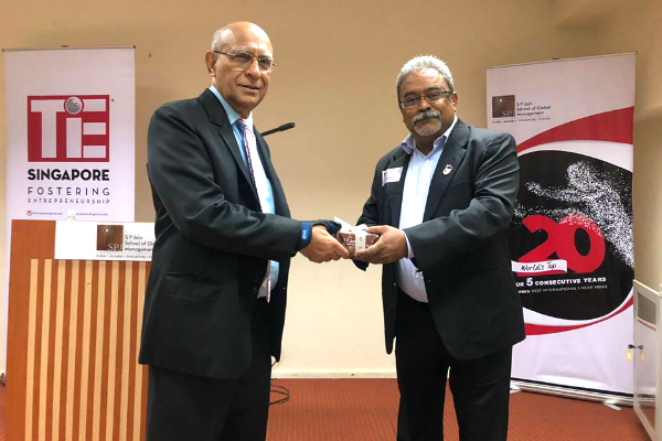 As gratitude for his time and knowledge sharing, Mr. Suresh Kumar, Director (Alumni Relations) at SP Jain, closed the evening with a token of appreciation for Mr. Ashok Soota