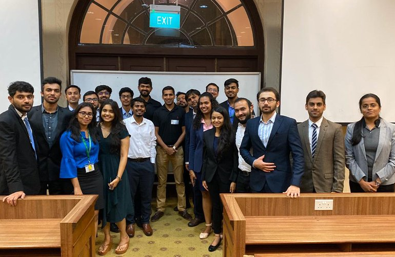 SP Jain GMBA alumnus, Mrinal Jain (centre in black T-shirt), Senior Manager, DELL Technologies (Lithium-Ion Batteries & Optical Drives), Worldwide Procurement with our GMBA students during the Alumni Mixer