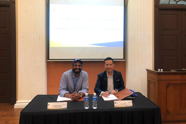 Mr. Priveen Raj Naidu, CEO of Reapra Aviation Partners; and Dr. John Fong, CEO & Head of Campus (Singapore), SP Jain, at the MoU signing held at SP Jain, Singapore campus